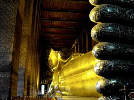 golden reclining buddha at wat pho